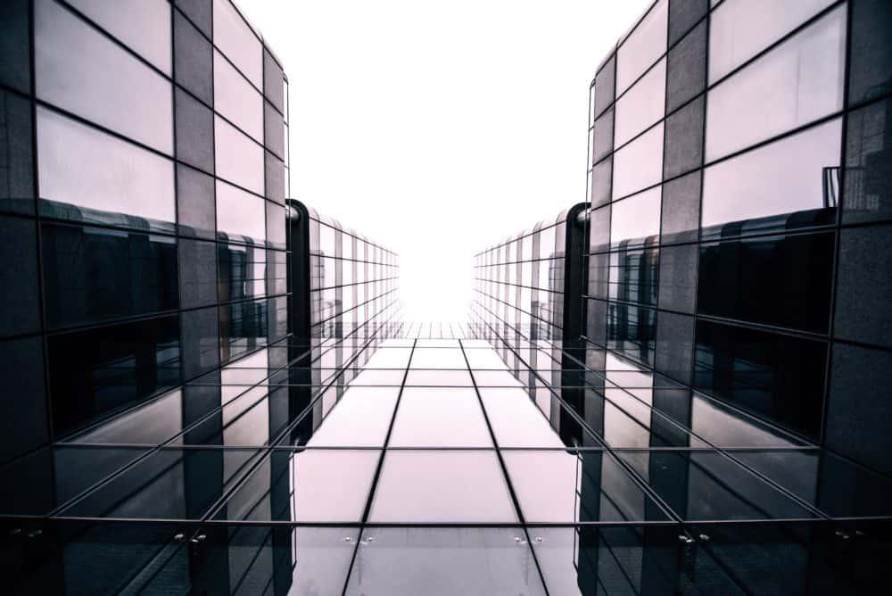 Vue plongeante d'un bâtiment en verre