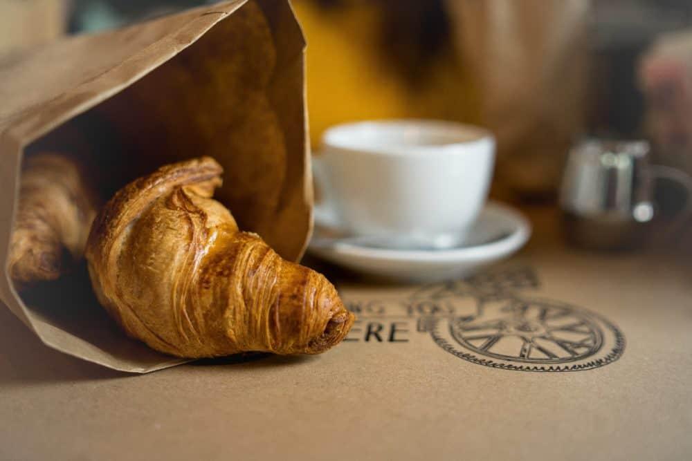 Croissant et tasse de café
