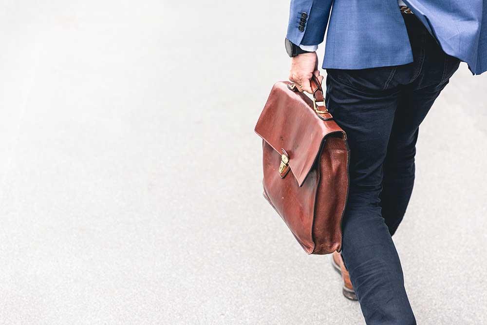 Homme avec une sacoche en cuir