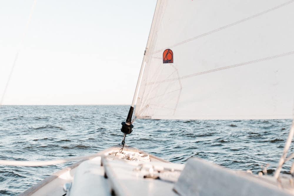 Vue réduite d'une tête de voilier et d'une partie du mât