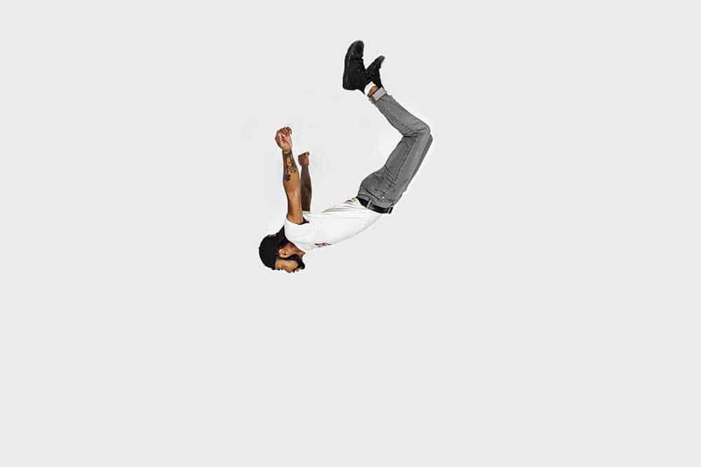 Jeune homme en plein saut qui ose se lancer