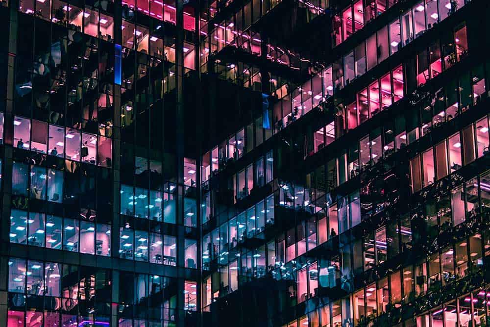 Vue colorée d'un bâtiment en verre