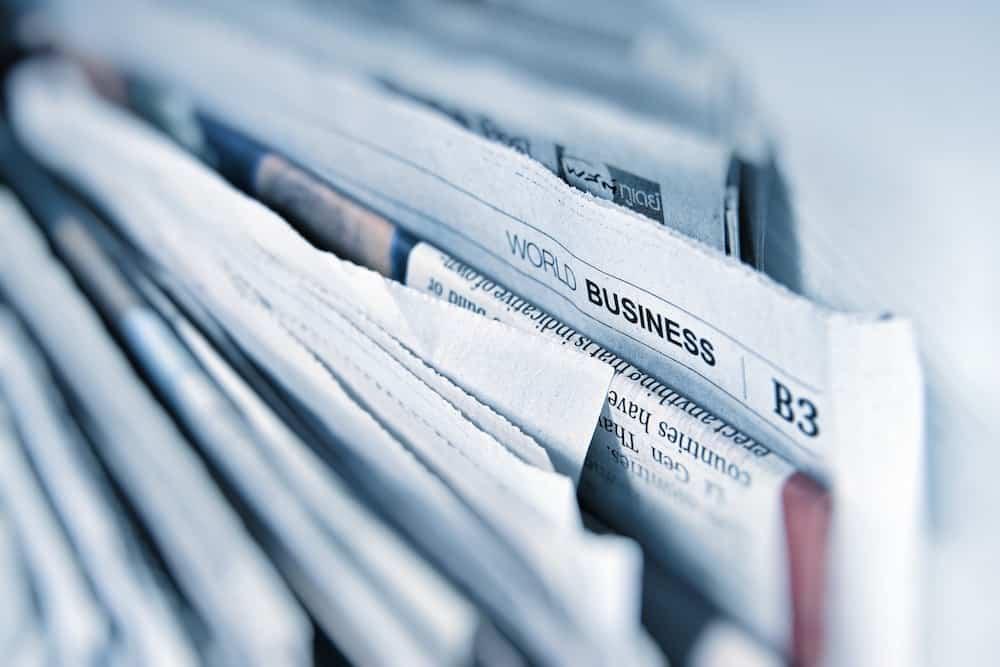 Vue floue sur un ensemble de journaux