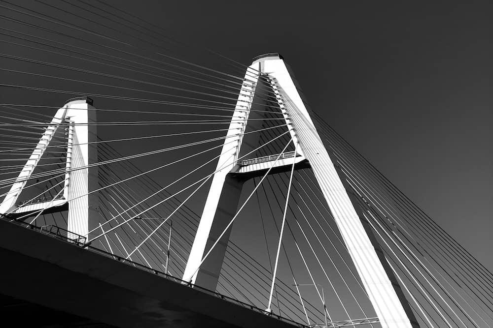 Pont moderne en noir et blanc