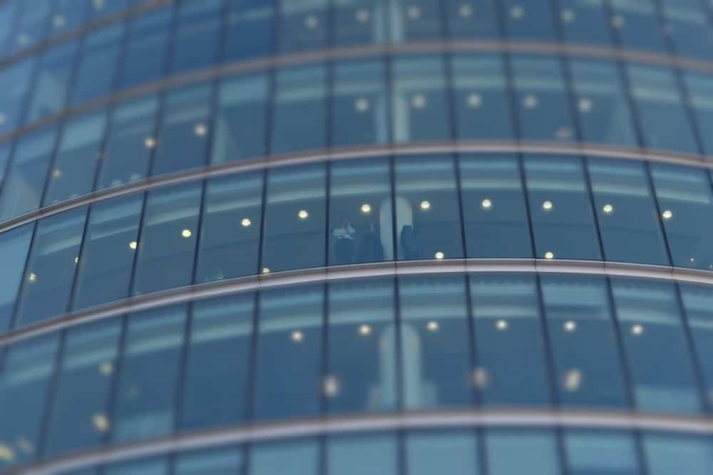 Zoom sur un bâtiment en verre