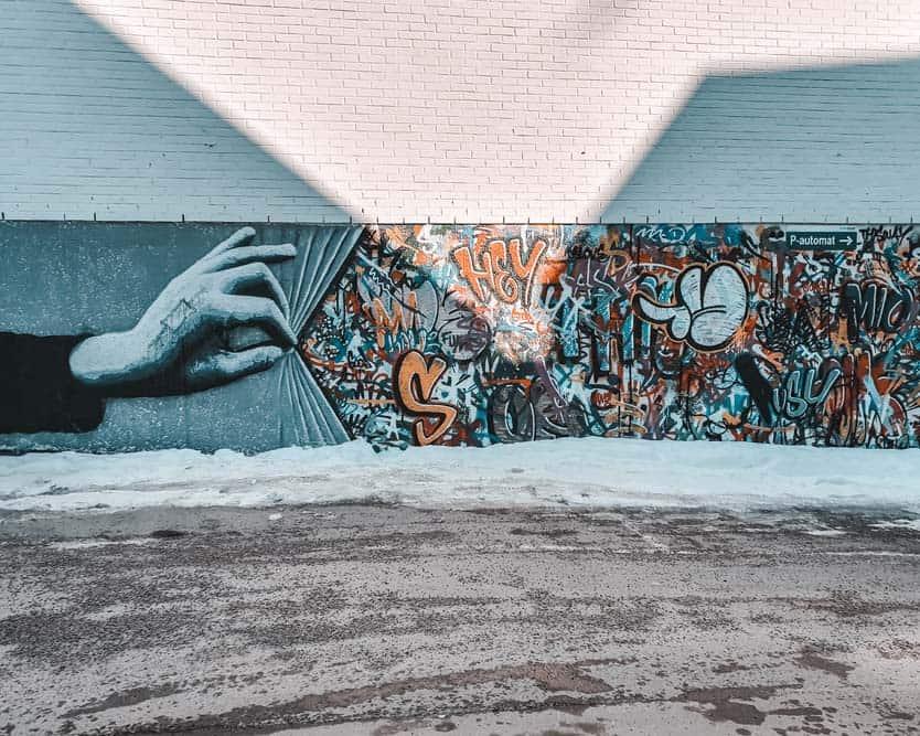 Street art main et grafitis sur mur