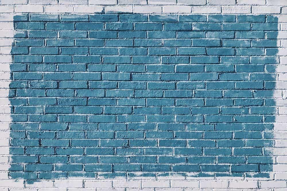 Mur de briques blanches colorees en bleu